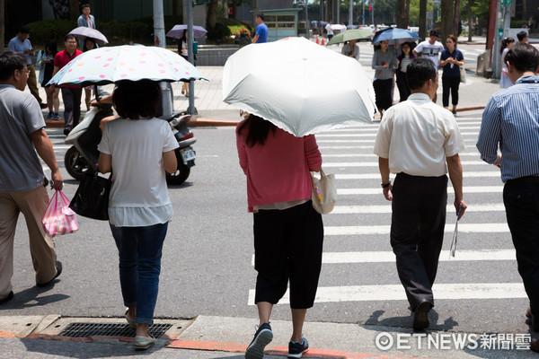 ▲▼撐傘,夏天,大太陽,防曬,大熱天,行人。(圖/記者季相儒攝)