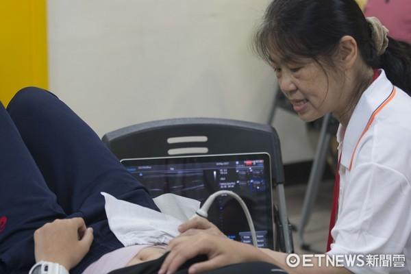 ▲台大物理治療系利用超音波檢測核心肌群。(圖/記者林育正攝)