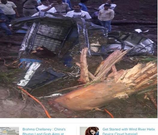 ▲▼印度北部喜馬偕爾邦13日凌晨發生土石流,兩輛巴士也被沖進泥中,50人下落不明。(圖/翻攝自《印度時報》)