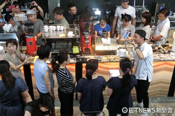 ▲台南市亞洲餐旅學校,舉辦「種子到杯子:咖啡科學探索研習」課程,獲得老師熱烈歡迎。(圖/亞餐提供)