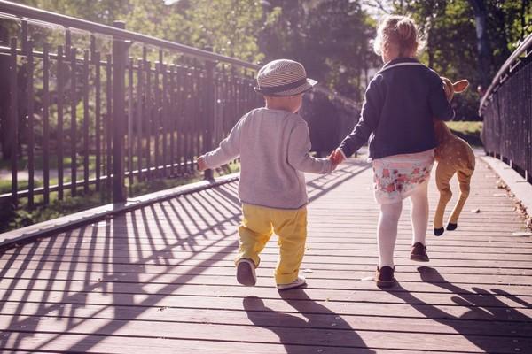 兄弟姊妹,家人,手足。(圖/取自librestock網站)
