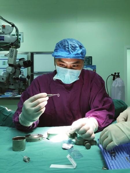 ▲▼中南大學湘雅三醫院,鄧志宏醫生正在為患者進行角膜移植。(圖/瀟湘晨報/湘雅三醫院提供)