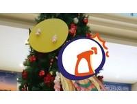 「中西合併」聖誕樹高掛嫦娥+月餅 網笑歪:省經費啦