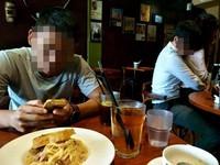 放假吃早午餐 隔桌情侶忙「隔空咬胸」...網笑翻:他喝奶茶!