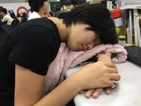 28歲女每天趴桌睡1小時 左手腕神經受損要「開刀」