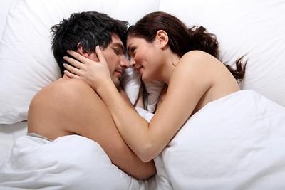 側身剪刀式體驗不同舒服感 性愛專家狂推的「5個體位」