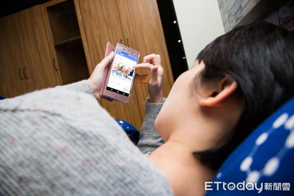 床上滑手機,床上,手機(圖/記者季相儒攝)