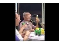 氣切阿伯疑用「鼻胃管」喝酒 網友:誰能比他狂!