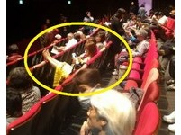 「翹腳女」跨椅背看歌仔戲…手機狂閃光!長輩坐旁裝傻