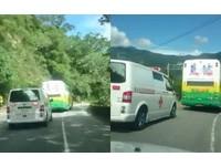 救護車狂鳴笛…遊覽車硬搶中線不禮讓 目擊者霸氣攔截逼停他