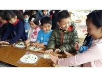小孩變「一日農夫」!割稻、拔蘿蔔還成功做出蔥油餅