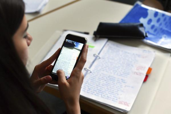 ▲▼滑手機,上課,傳簡訊,上課滑手機,手機,用手機,。(圖/達志影像/美聯社)