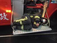 奮戰整夜火警!消防員凌晨累癱 13度低溫「蜷曲秒睡」車踏板
