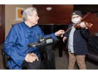 得白血病仍堅持拉小提琴! 小兒麻痺提琴家:孩子,超越我