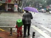「奶奶我是撿來的嗎」嬤撐傘塑膠椅蓋孫頭 網笑:明顯不是親生