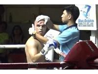泰拳選手被逼角落「肘擊猛敲」 額頭直接凹進去一個大洞!