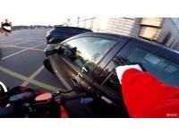 肇逃女飆速!「重機聖誕老人」市區追擊 2警包圍掏槍才下車