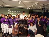 王維中6萬標走開刀後簽名玻璃牆 高球義賣37萬7101元