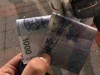 收錢要檢查!他錯拿南韓千元鈔 一張小朋友飛了