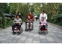 手部復健?女看護強拉「輪椅阿公」雙手摸她胸 奶奶僵直淚崩