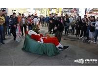 「喚醒」聖誕老人跳舞曲! 30名文大學生西門快閃