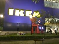 坐上台中IKEA巨椅!「神奇男孩」孤單滑手機 5000網友驚呆