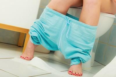 女生上廁所姿勢有差!泌尿科醫師揭:「半蹲尿尿」竟有這些壞處