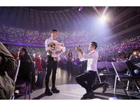 西裝小帥哥演唱會突然站起來 「我要跟我男友求婚!」