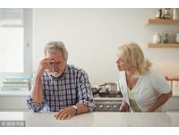 很兇!69歲婦衝廁所朝老公「頭頂開2槍」:想要他聽我說話