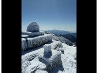 山頭白茫茫!玉山冰封積雪5公分 連主峰石碑也結冰