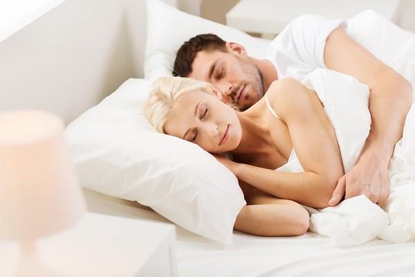 睡覺,睡眠,情侶,擁抱,甜蜜,男女,戀人,夫妻(圖/達志/示意圖)