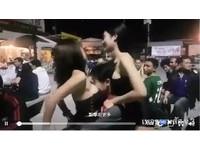 2女晃「足球奶」前後乳浪摸下體 男爽被夾擊:我也要踢球!