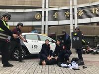 月曆警花演練扮搶匪 林孝芸狼狽趴地遭「壓制搜身」