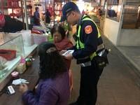 花蓮警傳統市場宣導防竊小撇步 替民眾看緊年菜錢
