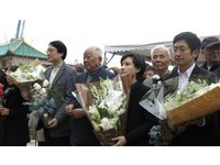 打破圍牆!太平輪遇難69年「紀念碑見天日」 鄭麗君與家屬獻花