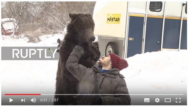 戰鬥奶爸意外摔斷腿 可愛「熊孩子」幫他推輪椅報恩。(圖/翻攝自Ruptly的YouTube)