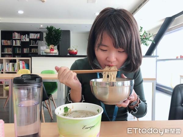 吃午餐,吃麵,吃東西,貪吃鬼,大胃王。(示意圖/記者李佳蓉攝)