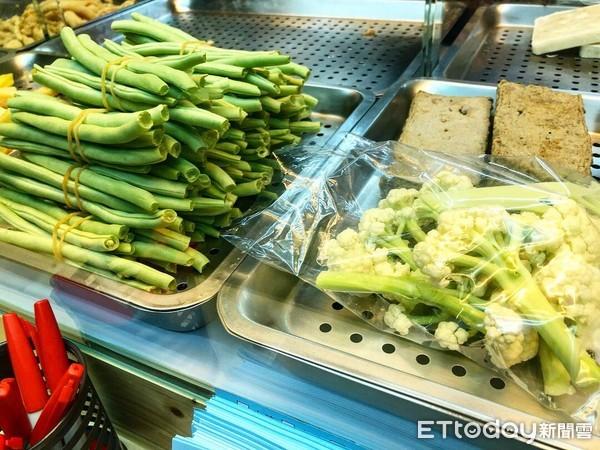 ▲鹽酥雞,蔬菜,夜市,小吃。(圖/記者曹悅華攝)