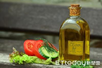 葵花油「染色假冒橄欖油」高價賣!獲利2億8千萬 義國警活逮24人犯罪集團