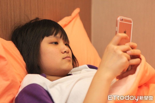 青少年失眠,青少年滑手機。(圖/新光醫院提供)