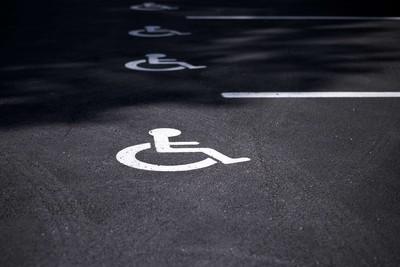 領身障手冊24年騎一般機車 騎士停專用格連吞3張1200元罰單