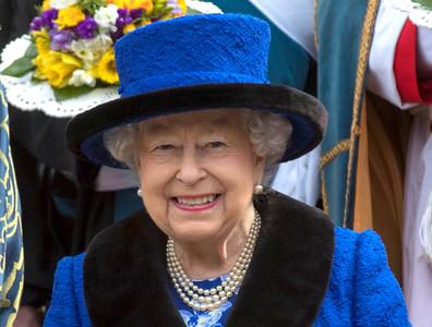 年薪200萬、33天年假!英國女王徵社群小編 還要會幫柯基犬修圖