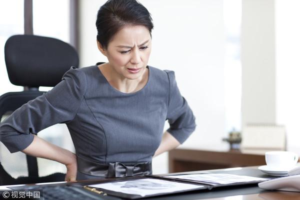 ▲上班族,腰痠,背痛,疲累,坐姿,辦公。(圖/視覺中國)