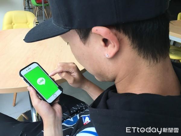 滑手機,LINE,偷吃。(圖/記者李佳蓉攝)