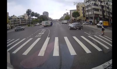 直行女騎士「撞上待轉轎車」!網分兩派論戰 警方解答了