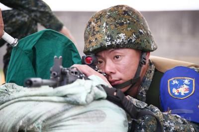 狙擊「睜開雙眼瞄準」! 憲兵換裝新內紅點瞄準鏡