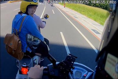 女三寶怕曬太陽!騎車一半「突停馬路中央」 網暴氣譙:滾回家啦