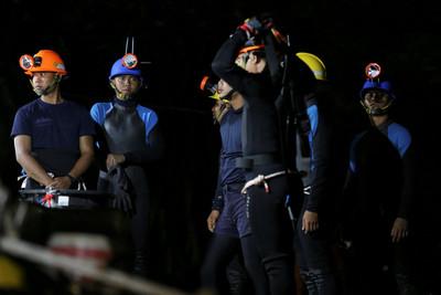 泰困足球隊洞穴變觀光地...賣紀念品逾百攤 挨批消費犧牲者