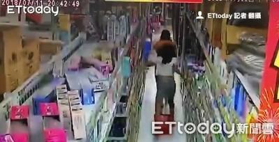 直擊地震瞬間!台南商場內女子「1秒回神」 慌亂大步逃