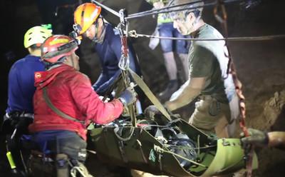7分03秒影片公開! 泰足球少年「昏睡狀態」救出洞穴